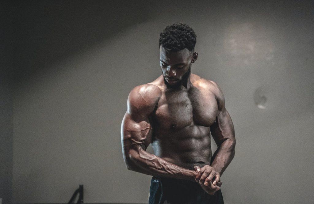 ejercicio de hombros sin pesas
