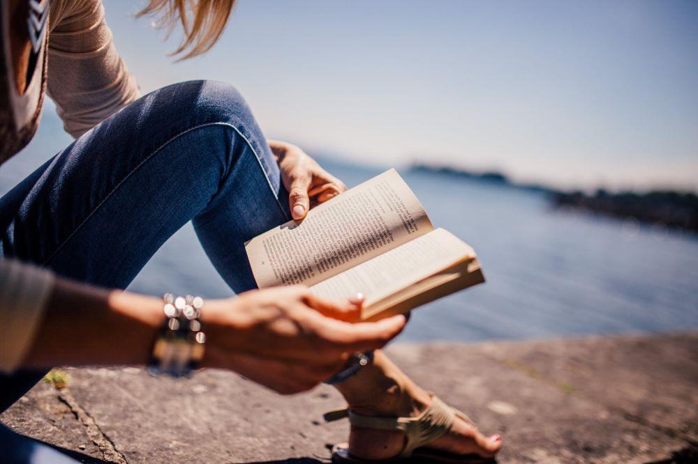 persona leyendo y aprendiendo